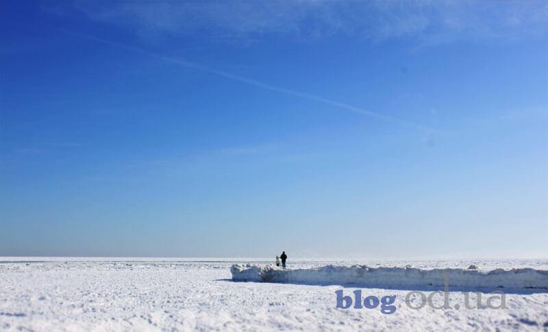 Прогулянка узбережжям моря в Одесі взимку