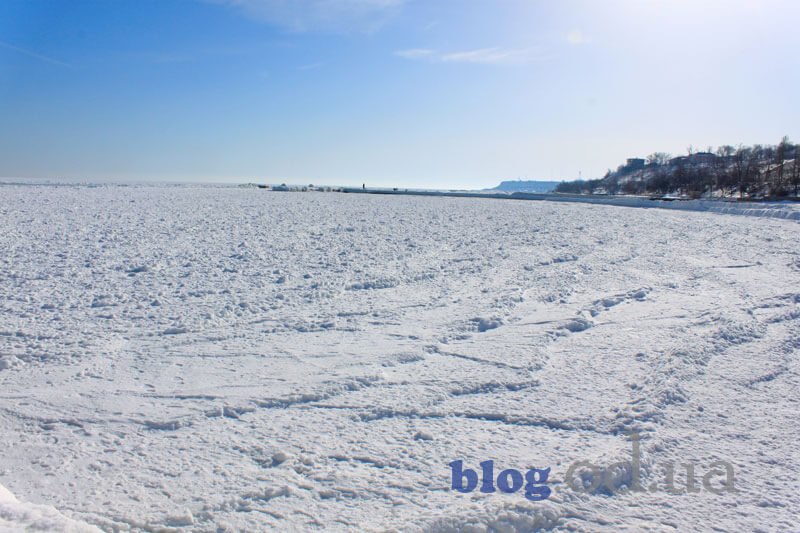 Відпочиваючі морські хвилі в Одесі
