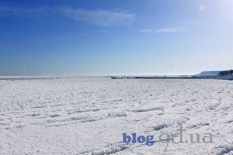 Замерзлі набігаючі хвилі на зимовому одеському пляжі